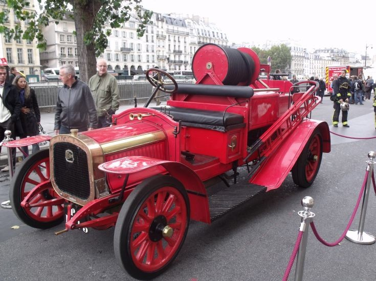 Red Delahaye SP43 in Paris.